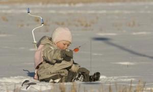 Что нужно на зимнюю рыбалку начинающим – снаряжение, снасти и способы лова