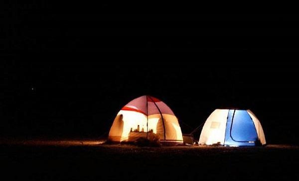 Палатки ночью на рыбалке